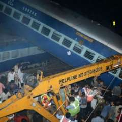 NUEVA DELHI, India.- Socorristas trabajaron para rescatar a las personas que habían quedado atrapadas en el tren. Foto: AFP.