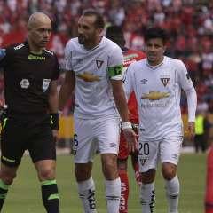 Omar Ponce (i.) puso en su informe que Hernán Barcos lo insultó. Foto: API