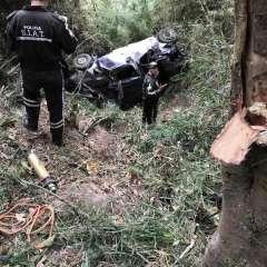 Se registró el volcamiento de una furgoneta en la vía Chimbo - El Torneado. Foto: Ecuavisa