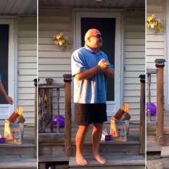 El hombre de 66 años pudo distinguir los colores gracias a unas gafas especiales. Foto: Captura de video