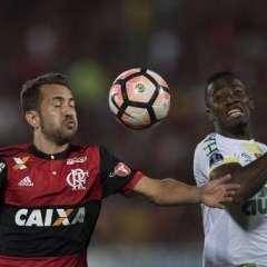 El delantero ecuatoriano (d.) jugó hasta el minuto 73 cuando fue cambiado por Julio César. Foto: AFP