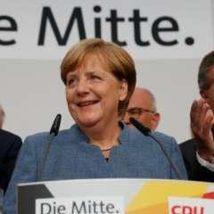 BERLÍN, Alemania.- La canciller alemana y líder del partido CDU, Angela Merkel, habla a sus seguidores en Berlín luego de que los resultados a boca de urna la dieran como ganadora de las elecciones generales, el 24 de septiembre de 2017. Foto: AFP.