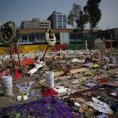 Coronas de flores, ropa, materiales de costura y un maniquí se organizan en un monumento que incluye consignas de protesta en el sitio de una fábrica textil que se derrumbó en el terremoto de 7,1 grados de la semana pasada en la Ciudad de México, el lunes 25 de septiembre de 2017. Foto: AP