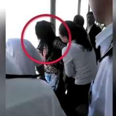 Las personas en el barco actuaron rápidamente para agarrarla. Foto: Captura