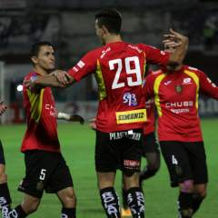 Juan Dinenno (de espalda) marcó dos de los tres goles del Deportivo Cuenca. Foto: API