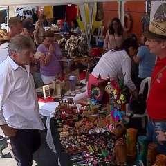 GUAYQUIL, Ecuador.- Artesanos mostraron a los turistas extranjeros las artesanías tras desembarco del crucero. Foto: Captura Video.