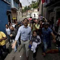 Carlos Ocariz, centro, candidato opositor por la gobernación del estado de Miranda grita con sus seguidores en Caracas, Venezuela, el domingo 15 de octubre de 2017. Foto: AP