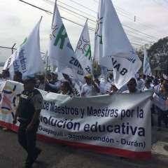 Los docentes marcharon desde la Plaza Colón hacia el Cerro del Carmen, en Guayaquil. Foto: API