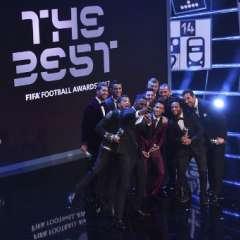 Los once futbolistas escogidos se tomaron varias fotos con el animador del evento, Iris Elba. Foto: AFP