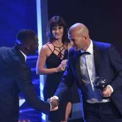 Zinedine Zidane (d.) venció a Massimiliano Allegri y Antonio Conte, los otros nominados a este galardón. Foto: AFP