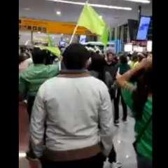 GUAYAQUIL, Ecuador.- AP denunció que sus miembros resultaron heridos mientras esperaban a Correa en terminal aérea. Foto: Captura de Video.