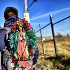 Un fiel católico porta una imagen de la Virgen de Guadalupe durante una procesión de miles de peregrinos.    Foto:AFP