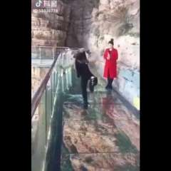 Video muestra el momento de terror que vivió turista en China. Foto: Captura