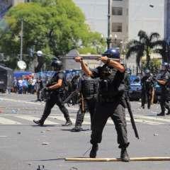 Esta foto publicada por Noticias Argentinas muestra a la policía federal enfrentada con manifestantes que protestan contra las reformas de pensiones propuestas fuera del Congreso en Buenos Aires el 14 de diciembre de 2017. Foto: AFP