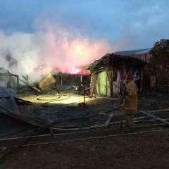 El fuego no se propago a otras casa de alrededor, luego de que los bomberos aseguraran varios tanques de gas. Foto: @BomberosDuran