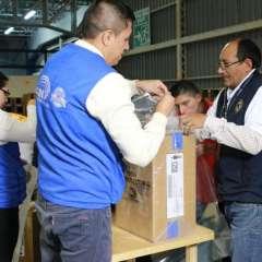 Los kits incluyen tres biombos de cartón, urnas plastificadas, cintas de seguridad y sellos, entre otros ítems que son custodiados por militares las 24 horas del día. Foto: CNE