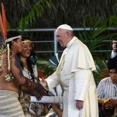 PUERTO MALDONADO, Perú.- Francisco saludó a habitantes de esta comunida. Foto: AFP