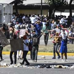 Manifestación concluyó con una treintena de heridos, según dirigentes estudiantiles. Foto: AFP