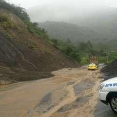 CHIMBORAZO, Ecuador.- La vía Riobamba - Pallatanga está habilitada parcialmente por un deslizamiento de tierra. Foto: tomada del twitter del Ecu911