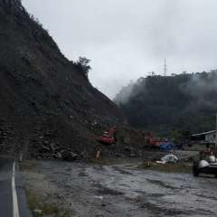 Autoridades continúan realizando labores de limpieza en la vía Alóag - Santo Domingo. Foto: cortesía