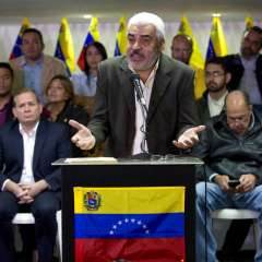 El líder opositor Ángel Oropeza, acompañado de miembros de la oposición, habla con la prensa en Caracas, Venezuela. Foto: AP