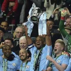 El capitán de los 'citizens', Vincent Kompany, levantó el trofeo. Foto: AFP