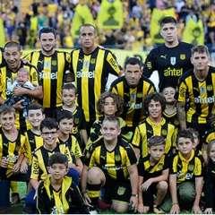 El ecuatoriano (d.) jugó como titular y fue reemplazado al minuto 57 por Cristian Palacios. Foto: Tomada de peñarol.org