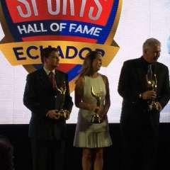 Mauro Velásquez, George Capwell (la bisnieta lo representó) y Andrés Gómez fueron los reconocidos este año. Foto: Ecuavisa