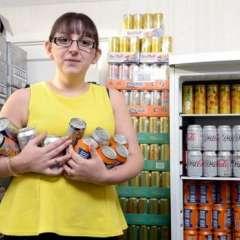 Emma Forrest en la despensa de su casa rodeada de latas de refrescos y bebidas energéticas.