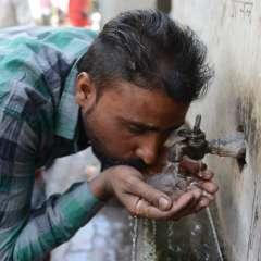 AMRITSAR, India.- 1800 millones de personas usan una fuente de agua contaminada a nivel mundial. Foto: AFP
