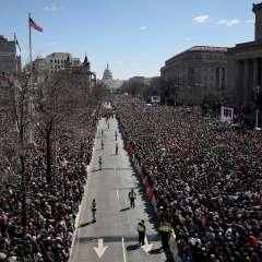 Los estadounidenses salen a las calles para pedir más restricciones a la venta de armas. Foto: AFP