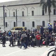 Estudiantes permanecieron por varios minutos en la Plaza de Santo Domingo. Foto: AMT