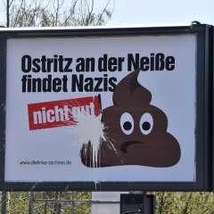 """Una valla en las afueras de Goerlitz, este de Alemania, dice """"Ostritz considera que los nazis no son buenos"""". Foto: AFP"""