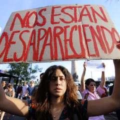 """Los manifestantes repetían el grito """"no son tres, somos todos"""". Foto: AFP"""
