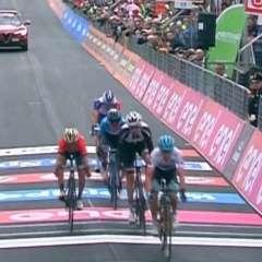 El ecuatoriano (celeste) llegó quinto en la etapa 15 y ahora es sexto en la clasificación. Foto: Tomada de @Movistar_Team