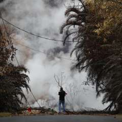 Un residente fotografía los gases tóxicos que emanan de una grieta causada por el volcán Kilauea en Leilani Estates. Foto: AP