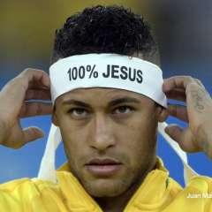 Un reglamento de la FIFA impide que los jugadores muestren mensajes religiosos en la cancha. Foto: AFP