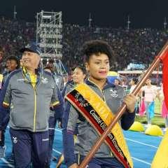 COCHABAMBA, Bolivia.- La pesista ecuatoriana Neisi Dajomes fue la portadora de la bandera nacional. Foto: COE