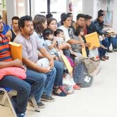 Edilberto Garcia, (segundo desde la izquierda) fue separado de su hijo de 17 años después de viajar desde Honduras. Foto: AFP