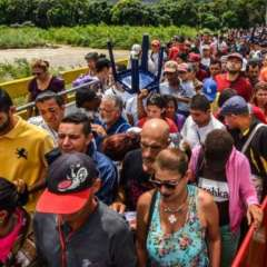 Miles de venezolanos cruzan diariamente la frontera hacia Colombia.