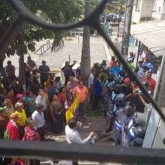 Comerciantes enfrentaron a metropolitanos en Durán. Foto: Twitter