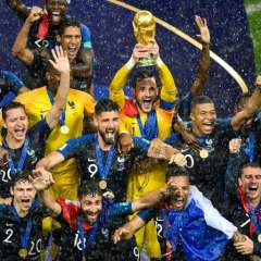 MOSCÚ, Rusia.- La selección francesa celebra tras alzar la copa y coronarse campeones. Foto: AFP