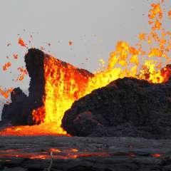 Embarcación ofrecía paseos para ver de cerca el área donde la lava toca el mar. Foto: AP