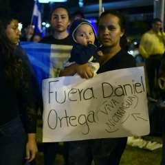 Familiares de detenidos evacuan entrada a cárcel en Nicaragua. Foto: AFP