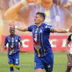 MANTA, Ecuador.- Carlos Garcés anotó el segundo gol de penal sentenciando la victoria del Delfín. Foto: API - Ariel Ochoa
