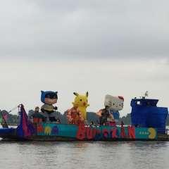 El río Guayas se llenó de color con el desfile náutico juliano. Foto: Twitter