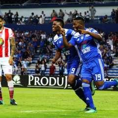 """GUAYAQUIL, Ecuador.- Bryan """"Cuco"""" Angulo (derecha) anotó un doblete en el partido. Foto: API - Marcos Pin"""