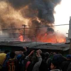 Bomberos guatemaltecos intentan sofocar incendio en distribuidora de gas.