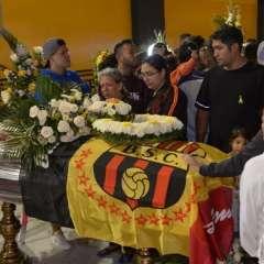 GUAYAQUIL, Ecuador.- Cientos de hinchas acudieron a despedir a las víctimas del accidente al estadio Monumental. Foto: API
