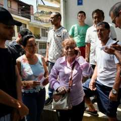 Parientes de colombianos fallecidos en accidente vial. Foto: AFP